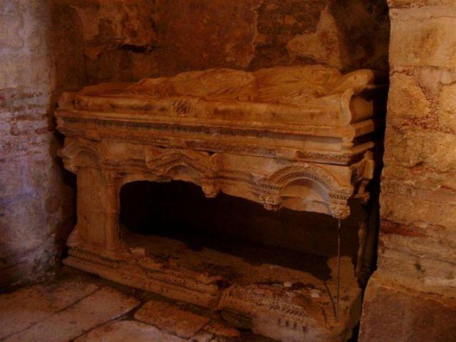 De originele tombe van Nicolaas in de basiliek van Myra