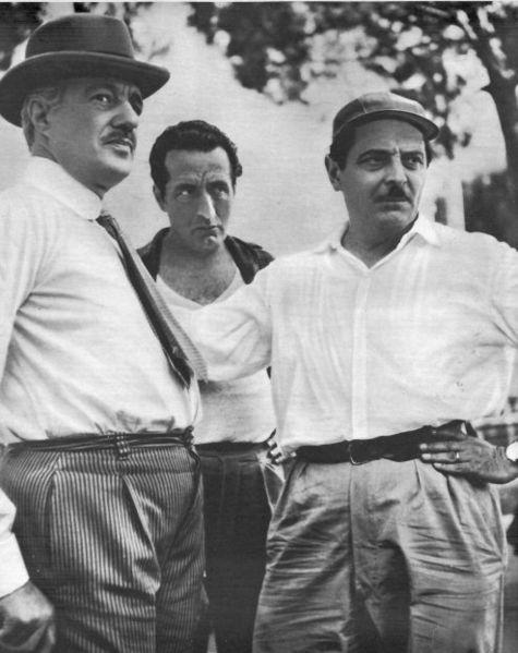 Vittorio De Sica, Memmo Carotenuto en Alessandro Blasetti in pauze tijdens opnames voor Tempi Nostri (1954)