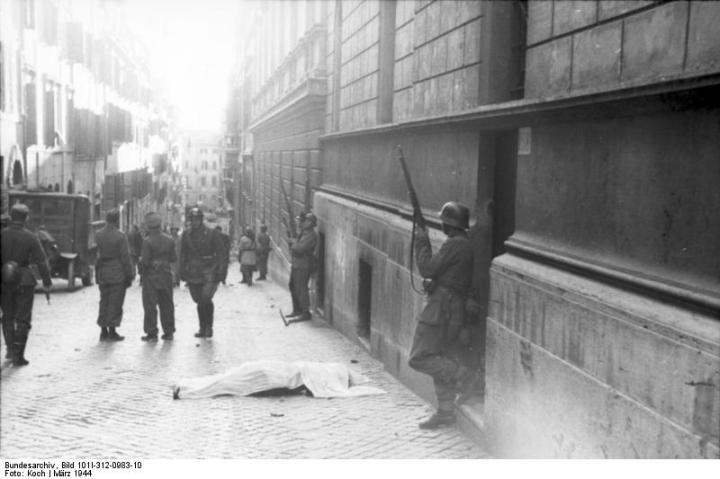 Via Rasella na de bomaanslag van 23 Maart (1944). Foto: Bundesarchiv