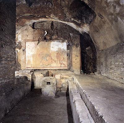 Stenen banken in het Barberini Mithraeum