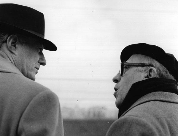Vittorio De Sica en Cesare Zavattini tijdens opnames van de film Il tetto (1955)