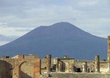 Uitzicht op de Vesuvius vanuit het oude Pompeii (Foto: Wikimedia)