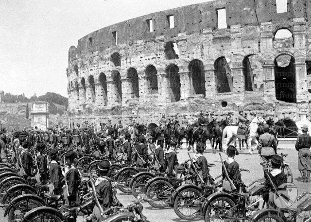 Fascistische parade over de Via dell'Impero