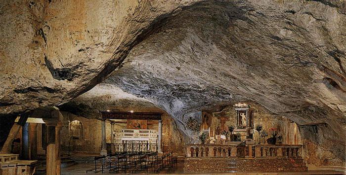 Het heiligdom van San Michele Arcangelo onder de grond