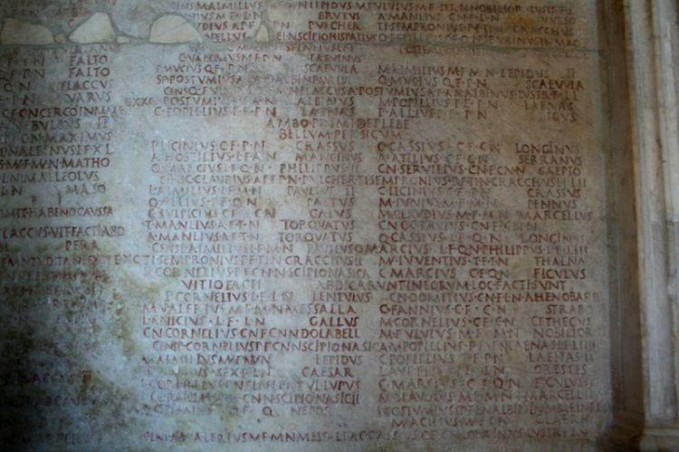 Fasti, gevonden in de 16de eeuw op het Forum Romanum. Ze bevatten lijsten van consuls (483-19 v.Chr.) en van triomfatoren (753-19 v.Chr). Ze bevinden zich nu in het Capitolijnse Musea (Palazzo dei Conservatori)