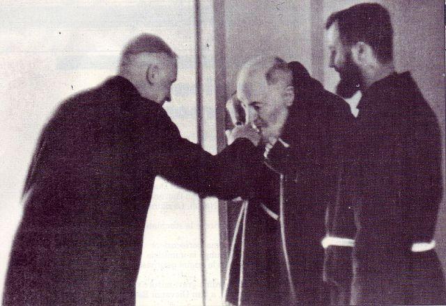 Padre Pio in 1968, tijdens de paasmis