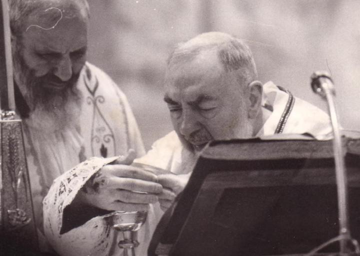 Padre Pio draagt de mis op