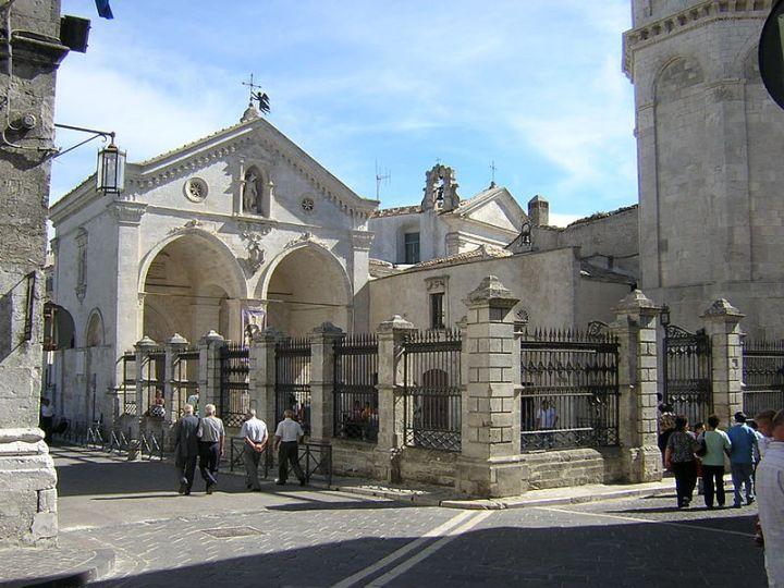 De ingang van het heiligdom van San Michele Arcangelo