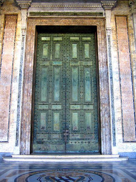 Bronzen deuren van de Curia (Foto: Wikimedia)