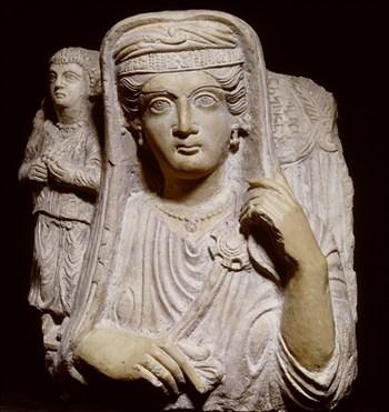 Grafreliëf van moeder en dochter (uit Palmyra, 200-225 na Chr.). Foto: Rijksmuseum van Oudheden
