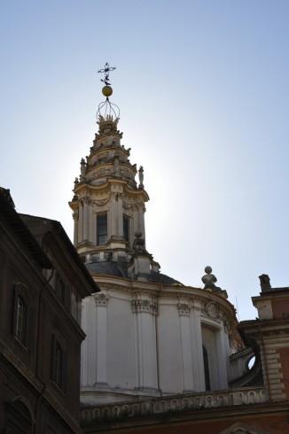De top van de S. Ivo alla Sapienza, gezien vanaf Piazza S. Eustachio