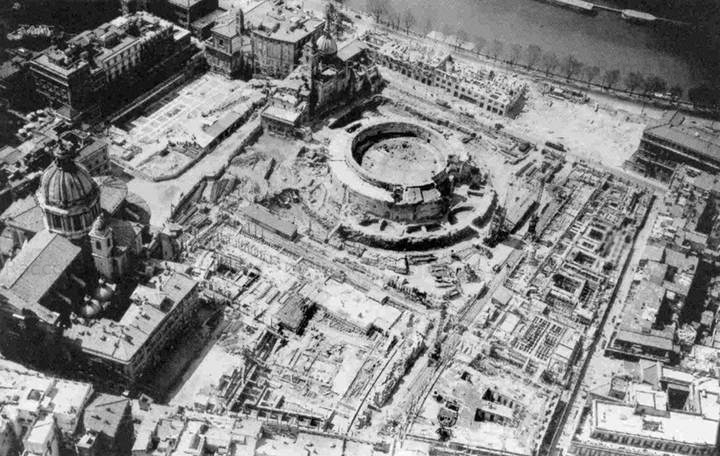 De 'bevrijding' van Augustus' mausoleum en de aanleg van Piazza Augusto Imperatore (1936). Foto: Roma Sparita